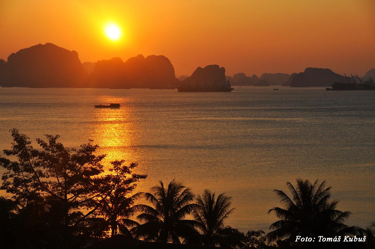 Halong - východ Slnka nad zátokou Halong
