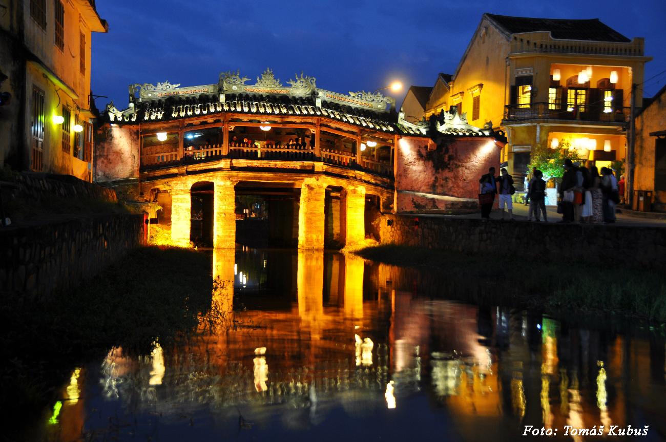 Hoi An - Japonský most v noci pripomína rozprávku