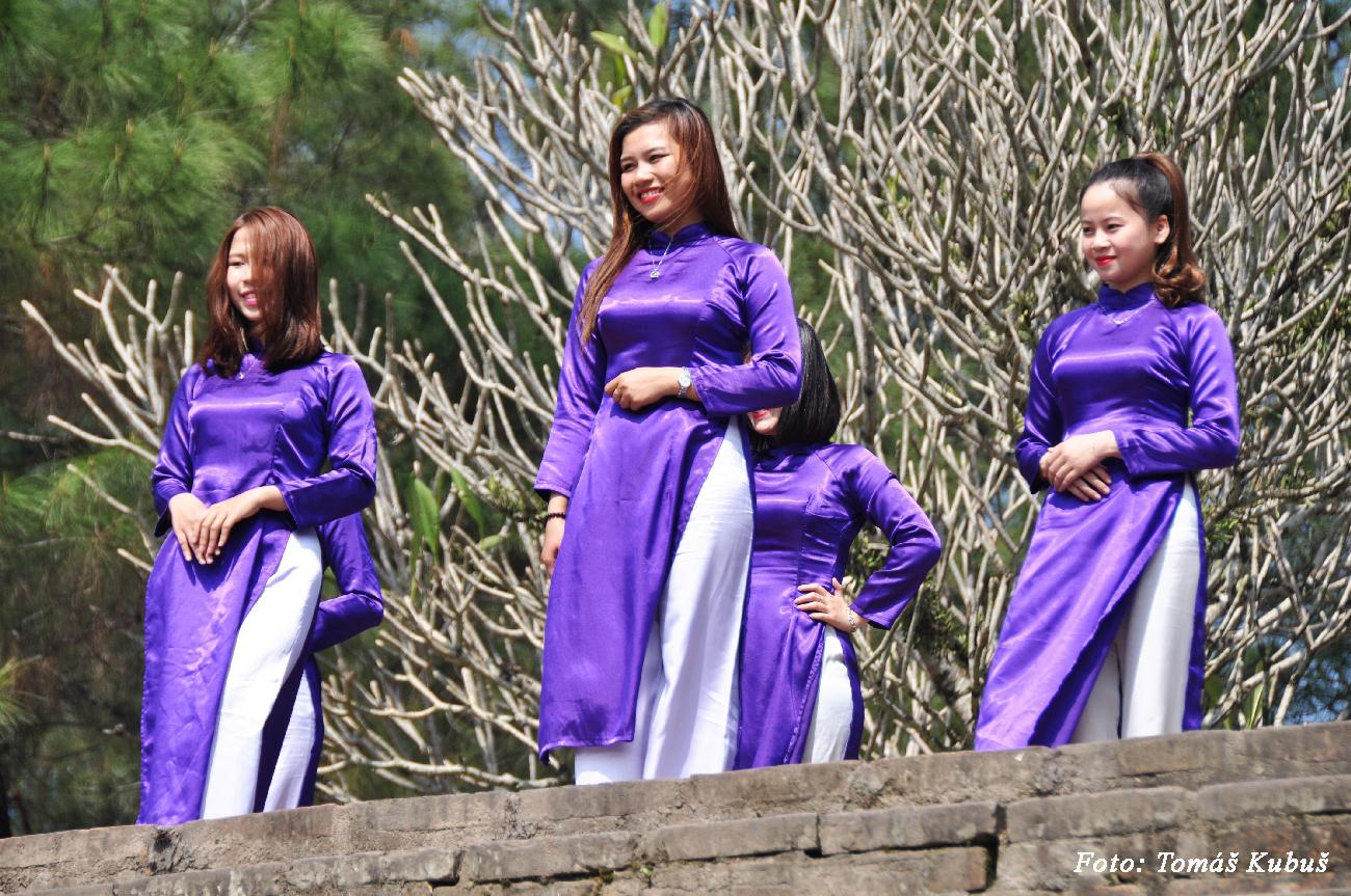Hue - Vietnamky v krásnych šatách zvaných ao dai