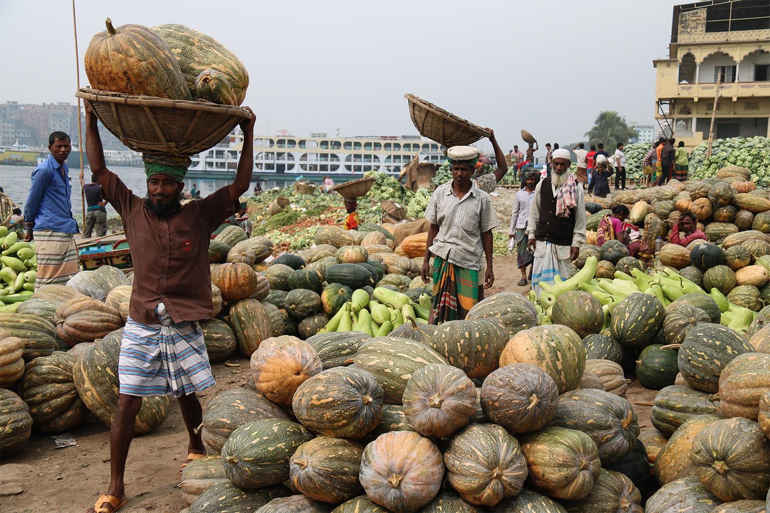 Vykladanie ovocia a zeleniny z lodí