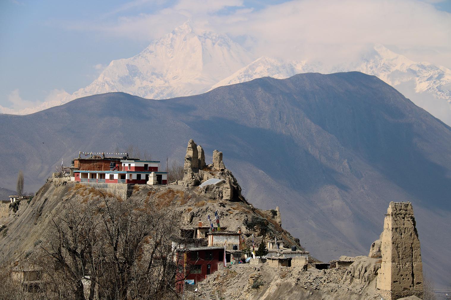 kláštor v dedinke Jhong v pozadí so štítom Dhaulagiri
