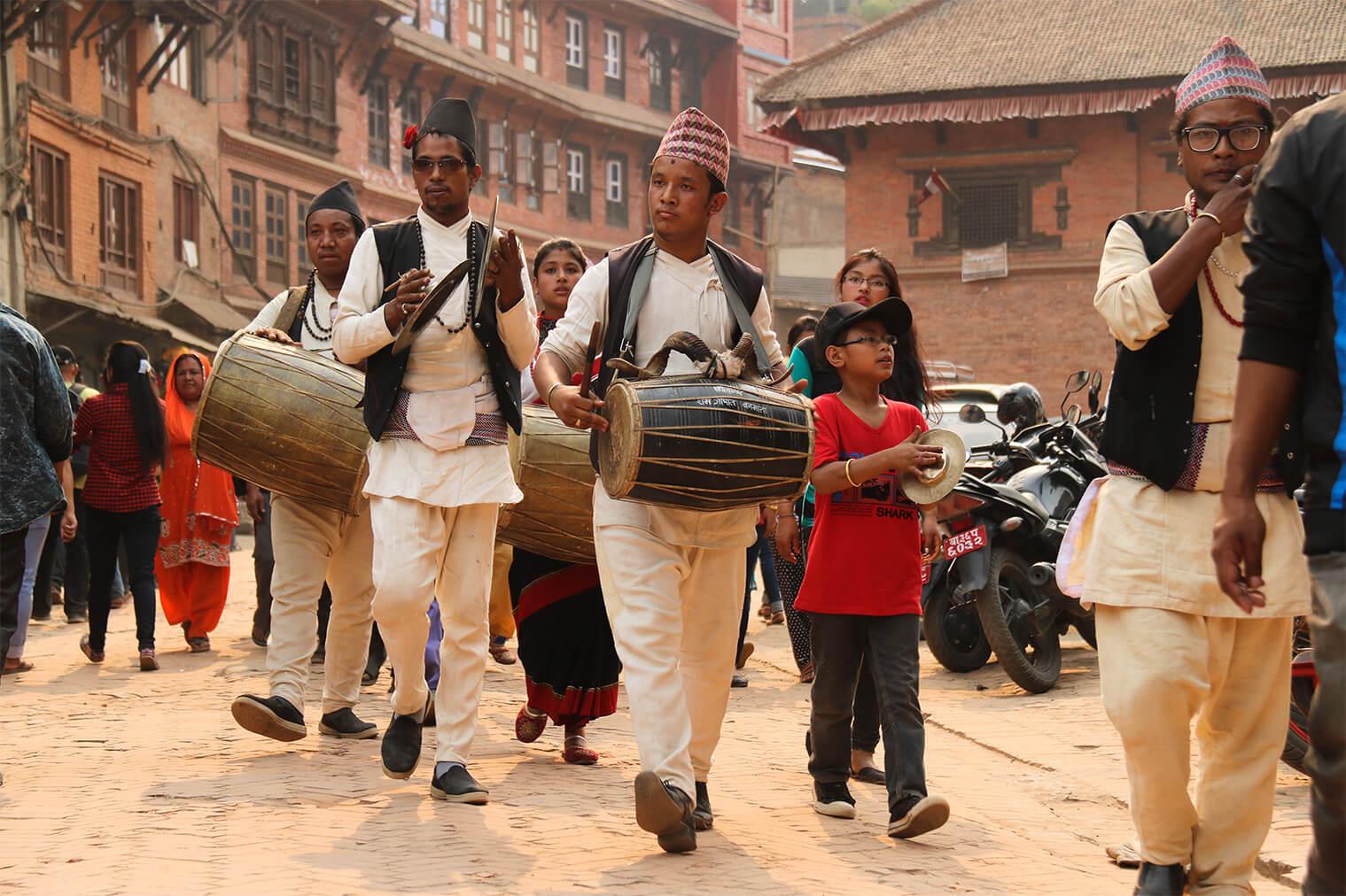 Hudobníci prechádzajú cez mesto
