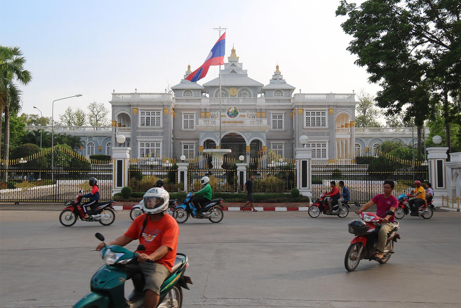 Laos žije na motorkách