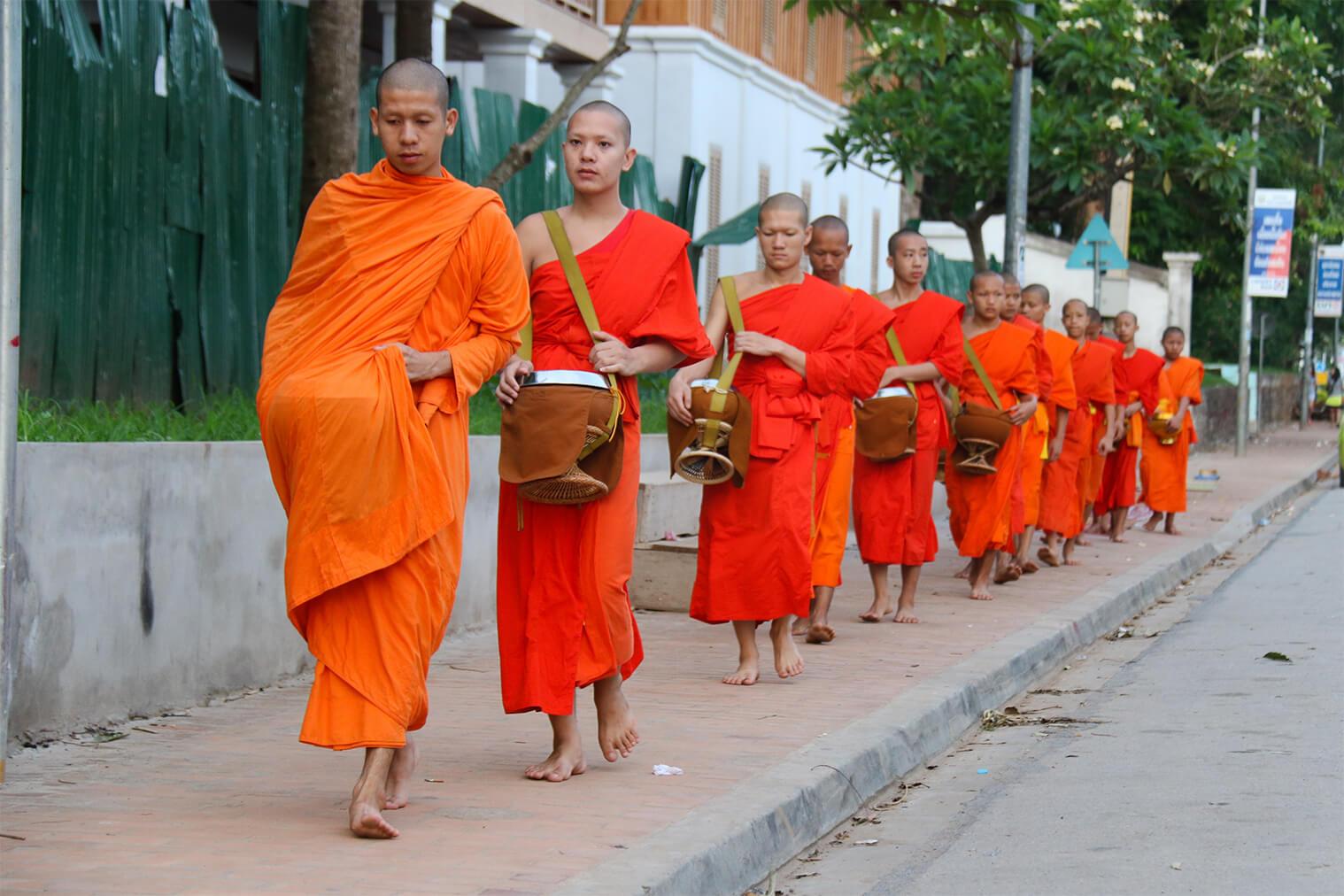 Mnísi sa vydali na zber milodarov, Luang Prabang
