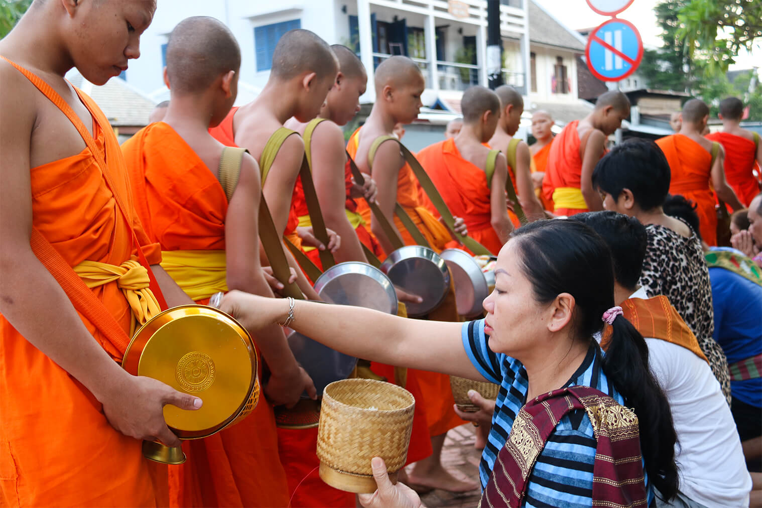 Ranný zber milodarov, Luang Prabang