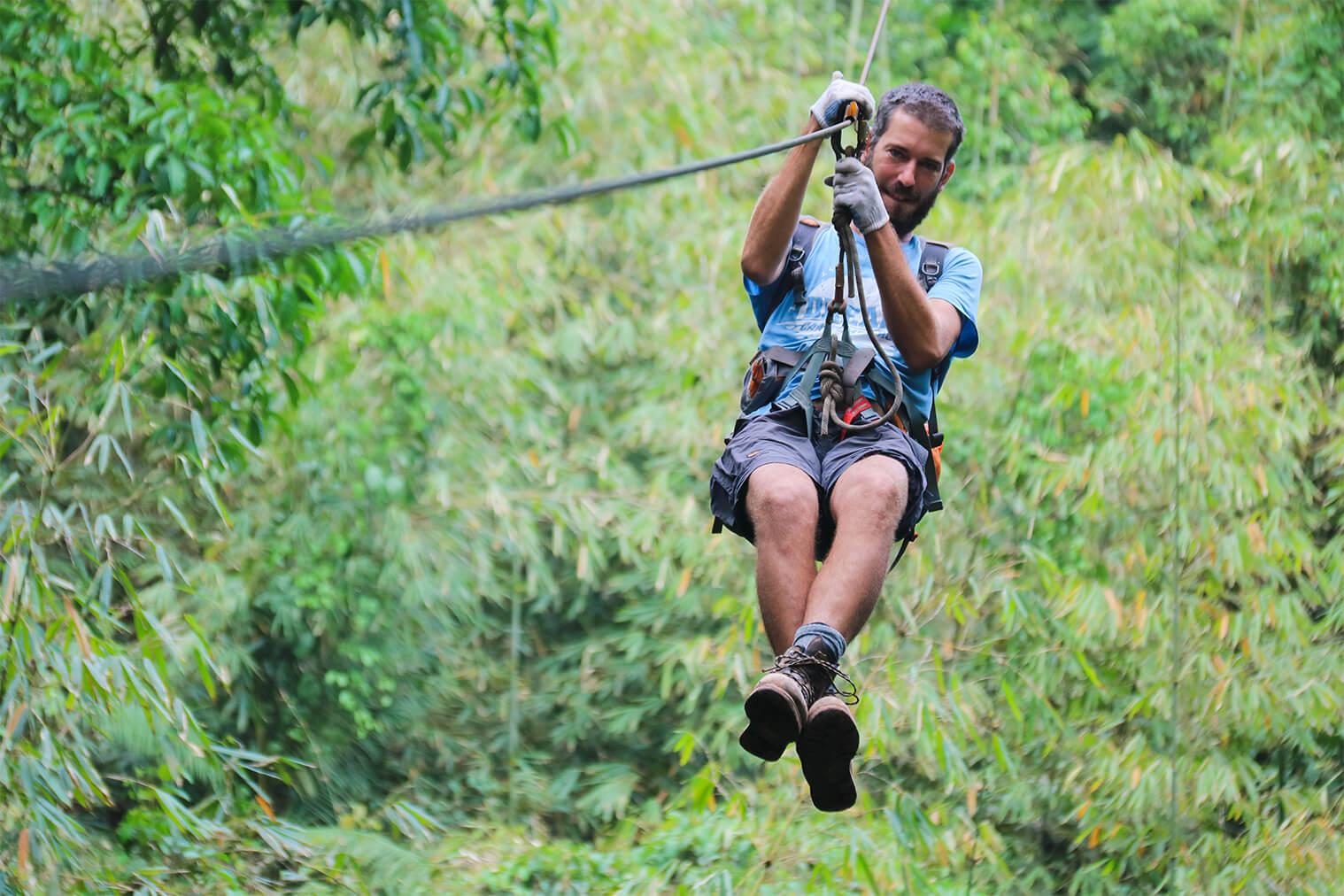Medzi stromami sa presúvate na lanovej dráhe ako taký gibon