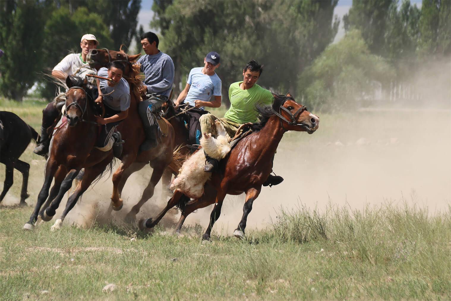 Kirgizská nomádska hra kok-boru (kirgizské buzkashi)