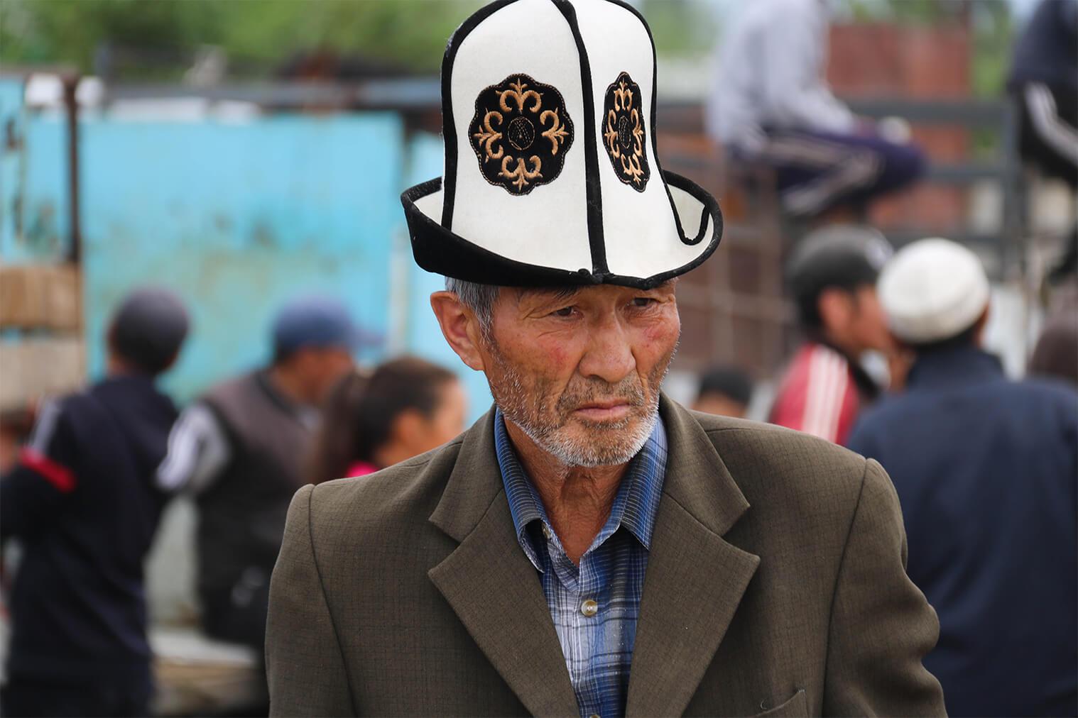 Typický kirgizský klobúk - kalpak