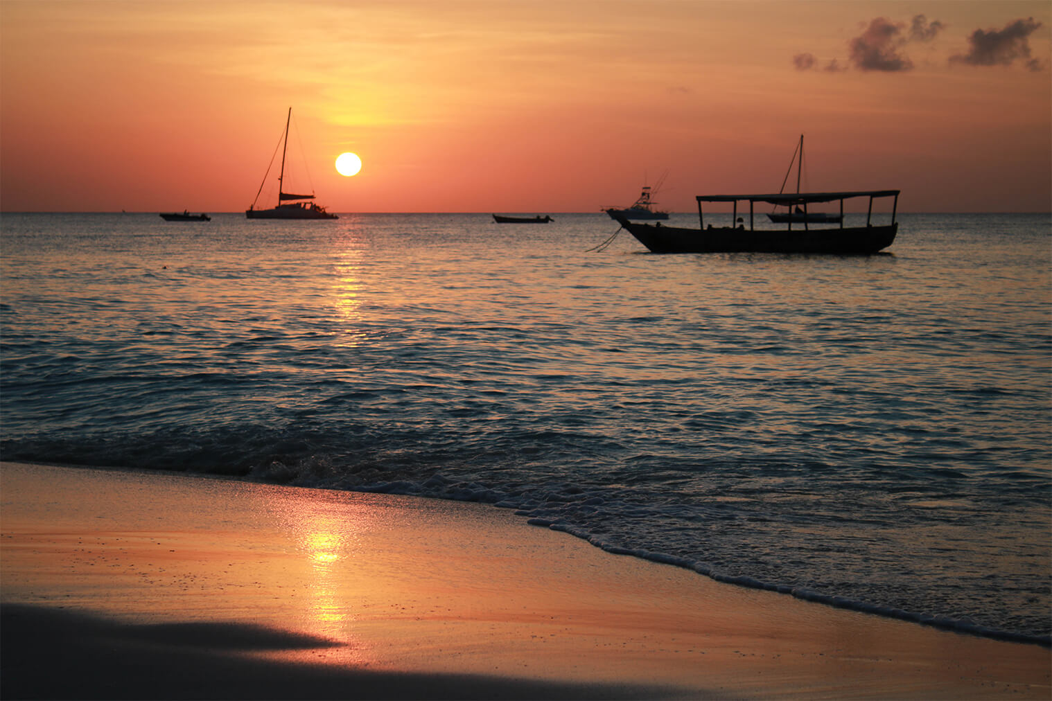 Západ slnka na pláži v Nungwi