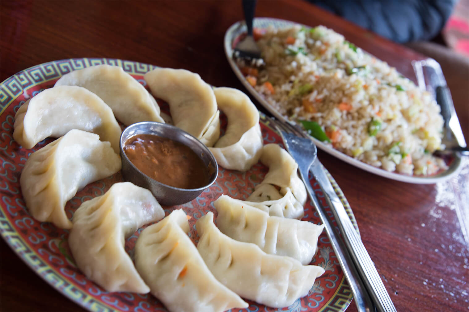 Momo a fried rice - typické nepálske jedlá