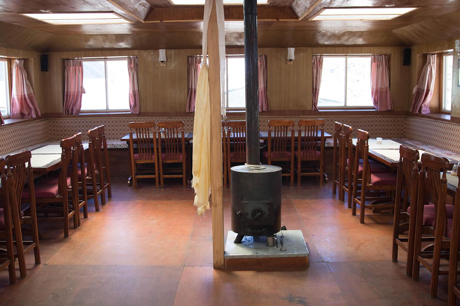 Typická spoločenská miestnosť s pieckou v lodgi