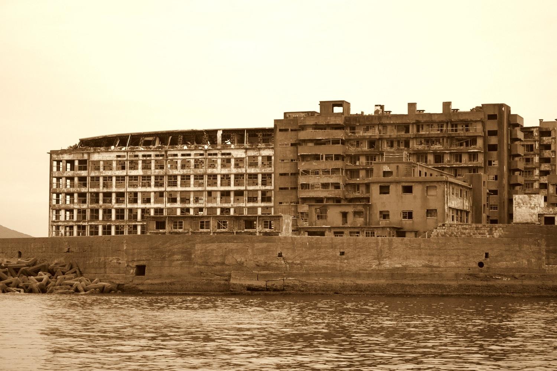 V opustených japonských ruinách na ostrove Jamesa Bonda