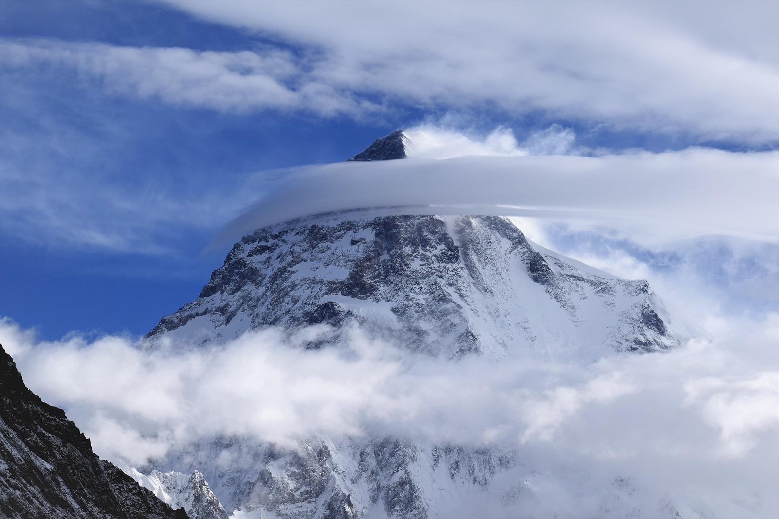 K2 - druhá najvyššia hora našej planéty (8611 m) zahalená oblakmi